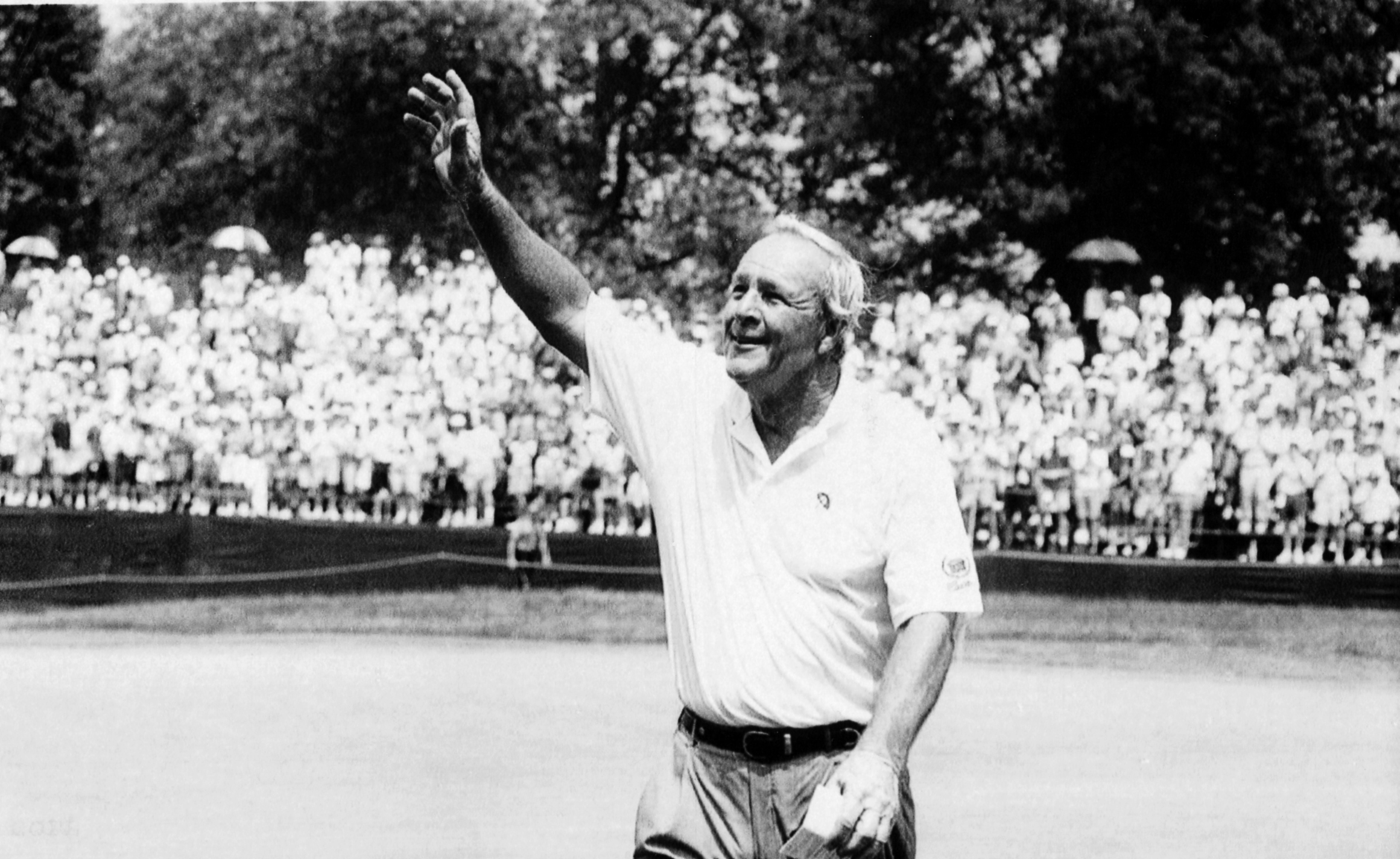 Arnold Palmer acknowledges fans at the 1994 U.S. Open. (Darrell Sapp/Post-Gazette)