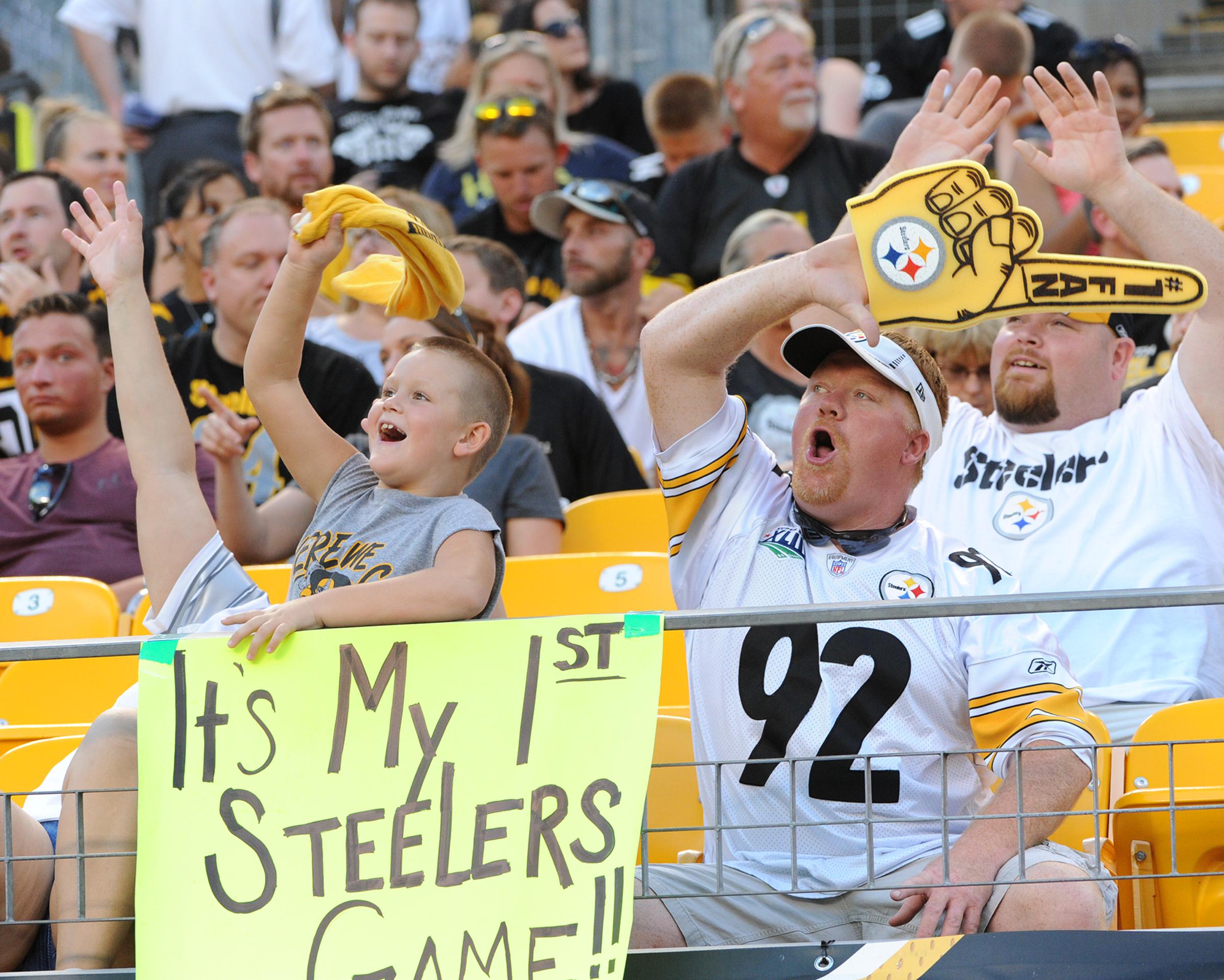 Lake Fong/Post-Gazette 08182016 Ed Bouchette Sports Steelers fans cheer for the team against the Philadelphia Eagles at Heinz Field on Thursday, August 18, 2016.